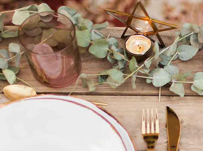 Cubiertos dorados en las mesas de boda