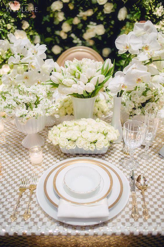 Cubiertos dorados en mesa para bodas